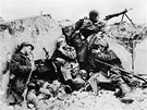 Obr�nci Stalingradu byli zatla�ov�ni st�le hloub�ji k Volze, za kterou nesm�li podle Stalinova rozkazu ustoupit. V dob� nejv�t��ho n�meck�ho postupu dr�eli pouze mal� pruh zem�, �irok� v neju���m m�st� jen n�kolik set metr�.