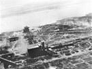 Stalingrad byl nejprve vystaven t�k�mu leteck�mu bombardov�n�, v jeho� d�sledku se m�sto zm�nilo v trosky.