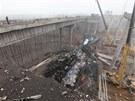 Následky výbuchu kamionu s pyrotechnikou na dálničním mostě v čínské provincii