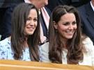 Pippa Middletonová (vlevo) a Kate, vévodkyně z Cambridge ve Wimbledonu.