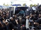 Sanitku s tělem předáka tuniské opozice Šukrí Bilajdem  při cestě z nemocnice