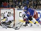 Brian Boyle z NY Rangers naj�d� p�ed brank��e Pittsburghu Tom�e Vokouna,