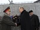 Vladimir Putin promlouvá si v den 70. výročí bitvy u Stalingradu potřásá rukou