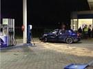 Muž narazil v Průhonicích do stojanu u benzinové stanice. Způsobil si vážná