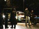 Policie a záchranáři na místě noční střelby v pražských Modřanech.