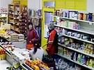 Přepadení prodejny ve Viklefově ulici. Prodavačka se brání baseballovou pálkou.