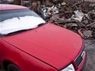 Červená Audi 100 čeká na svůj konec.