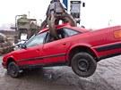Auto má povolená kola, ty jeřáb sklepne před cestou do lisu.