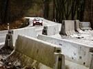 Nepochopitelné – místo aby betonové bloky suplovaly svodidlo, jsou mezi nimi