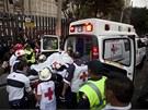 Záchranáři nakládají člověka, který přežil výbuch v hlavním sídle mexické ropné