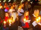 Přes sto lidí se svíčkami uctilo památku zastřeleného řidiče Charlese Polanda