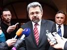 Jiří Weigl odchází z kanceláře Miloše Zemana na Loretánském náměstí v Praze.