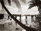 Vojáci amerického námořnictva při téninku na vylodění na tichomořském ostrově