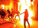 Mladí Egypťané protestují před prezidentským palácem v Káhiře proti