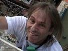 Francouz Alain Robert, přezdívaný pavoučí muž (Spiderman) zdolal den po
