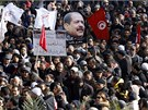 Tunisané vyrazili do ulic protestovat proti současné vládě při pohřbu
