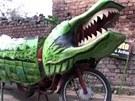 Motorka oblečená do krokodýla