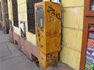 Náraz do automatu na jízdenky vyděsil štamgasty v hospodě, která je v přízemí