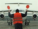 Řidič vozidla follow me navádí letadla na pražském letišti