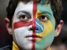 ROZDVOJENÁ OSOBNOST. Jeden z fanoušků měl před fotbalovým utkáním Anglie vs.