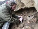 Restaurátor Ondřej Mour zkoumá kosti staré tři a půl tisíce let, které se našly