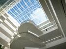 Vnitřní atriaum je zastřešené prosklenou střechou.
