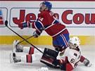 Tom� Plekanec z Montrealu pad� p�es Erika Karlssona z Ottawy.