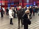 Stržená trolej na železniční trati značně omezila provoz na pražském hlavním