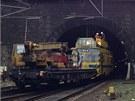 Rychlík strhl trakční vedení u vjezdu do tunelu.