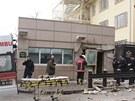 K v�buchu do�lo u bo�n�ho vchodu do americk� ambas�dy. Sebevra�edn� �to�n�k se