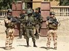 Francouzi spolu s maliskými vojáky hlídkují ve městě Timbuktu, které osvobodili