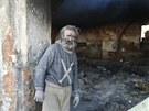 Bezdomovec Ludvík Doležal přežívá v zchátralé konírně u Skřivan na