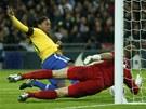 ZAHOZENÁ PENALTA. Brazilec Ronaldinho nepřekonal anglického brankáře Harta ani