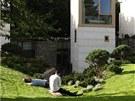 Zároveň s dostavbou domu je dokončována i zahrada.