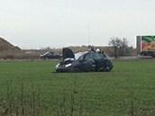 Auto skončilo daleko v poli.