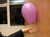 Balónek drží, jako by byl přilepený, i na skříni.