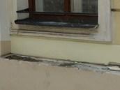 Jeden z mnoha ukradených parapetů na budovách karvinského magistrátu.