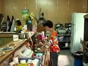 Zázemí restaurace, kde návštěvníci farmy ochutnávají hadí speciality.