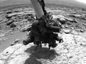 Vozítko Curiosity se připravuje na zahájení vrtání, robotické rameno je ve