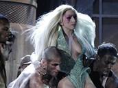 Lady GaGa ukázala odhalené ňadro i na cenách Grammy 2010.