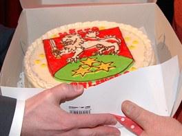 Starosta Chlumce Petr Maxa předává výherci dort se znakem města. Chvíli poté za
