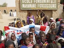 Školáci oslavují znovuotevření základní školy v Timbuktu.