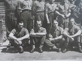 Snímek s kamarády z autokurzu v Anglii, Jakub Grossmann v přední řadě, druhý
