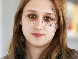 Belgičanka Kimberley Vlaemincková si nechala na obličej vytetovat 56 hvězd.