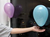 Balónek drží, jako by byl přilepený, i na okně.