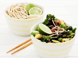 Smažená zelenina s nudlemi a limetkou