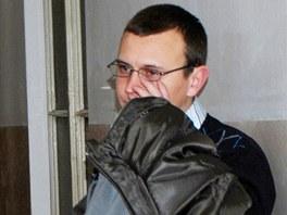 Obžalovaný Matěj Hrabčák se snažil před fotografy skrýt tvář.