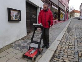 Rudolf Tengler se s georadarem projíždí ulicemi Třebíče. Přístroj vypadá