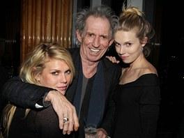 Keith Richards s dcerami Theodorou (vpravo) a Alexandrou.