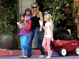 Denise Richardsov� m� t�i dcery - osmiletou Sam, sedmiletou Lolu a adoptivn�